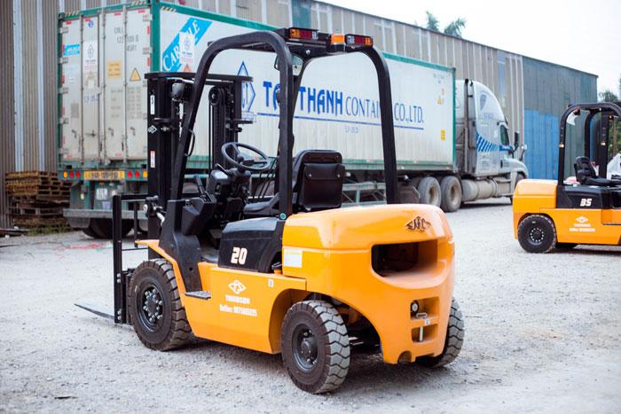 Xe nâng 2 tấn chạy dầu động cơ ISUZU
