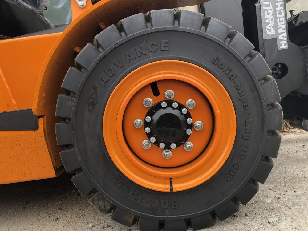 Lốp đặc Advence được trang bị trên xe nâng máy dầu HangCha