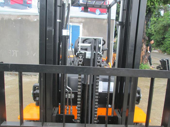 Xilanh thủy lực thứ 3 giúp xe nâng hoạt động dễ dàng trong container