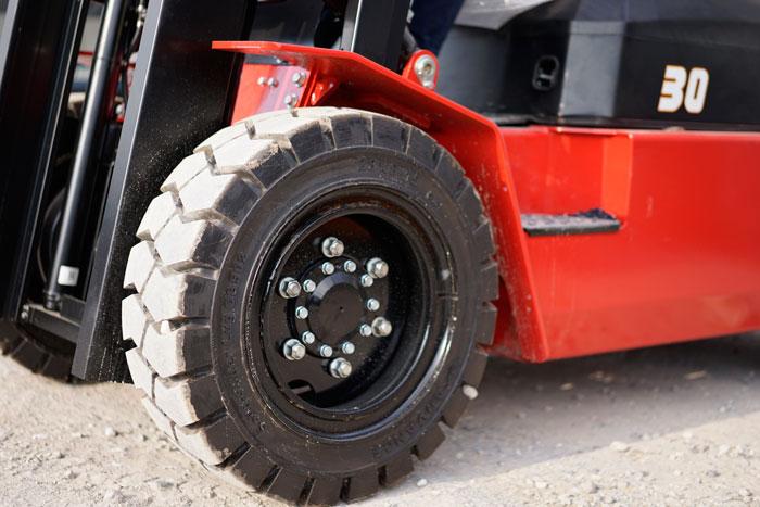 Việc sử dụng lốp chất lượng cao giúp đảm bảo an toàn cho người vận hành và hàng hóa