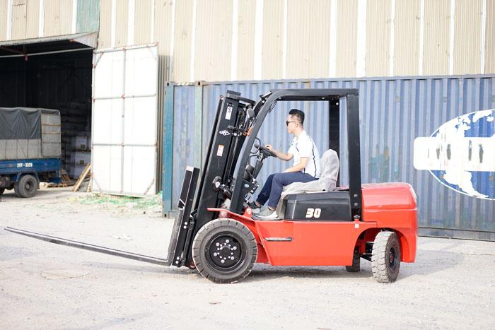 Xe nâng HangCha làm việc tại kho bãi