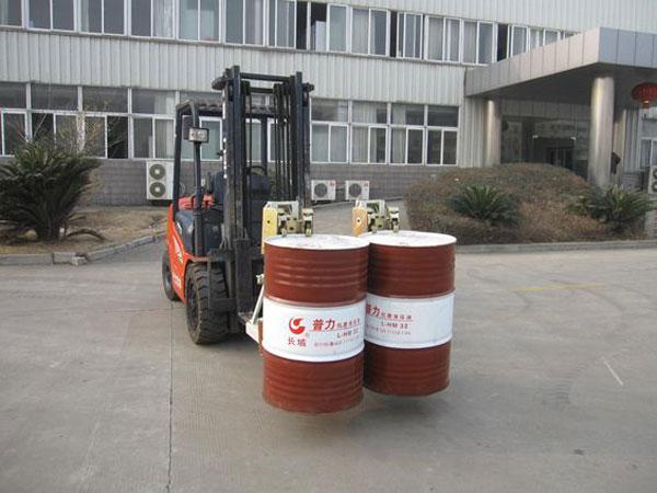 Bộ công tác kẹp phuy đôi phù hợp với nhu cầu di chuyển, đổ xả hoá chất