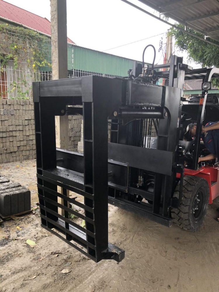 Xe nâng dầu 3 tấn cùng bộ kẹp gạch tuynlen không nung