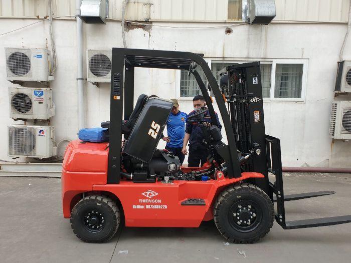 Kiểm tra xe nâng dầu diesel 2.5 tấn trước khi bàn giao cho khách hàng