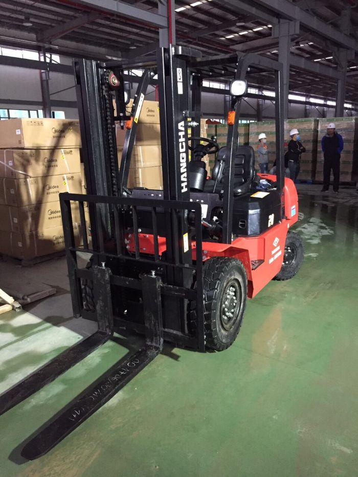 Xe nâng dầu 2 tấn HangCha hoạt động trong kho hàng