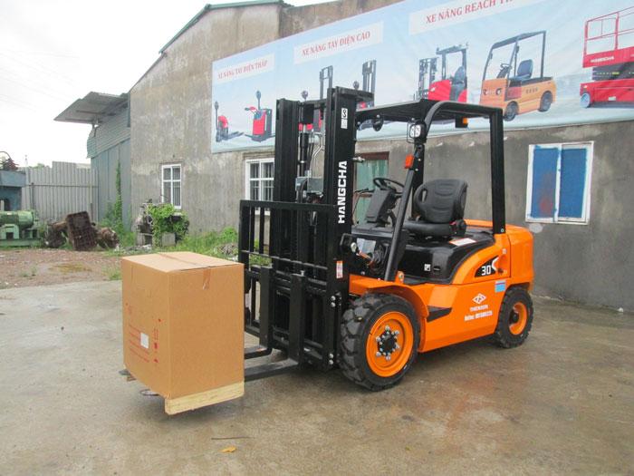 Xe nâng 3 tấn chạy dầu dòng X series tại kho của Thiên Sơn