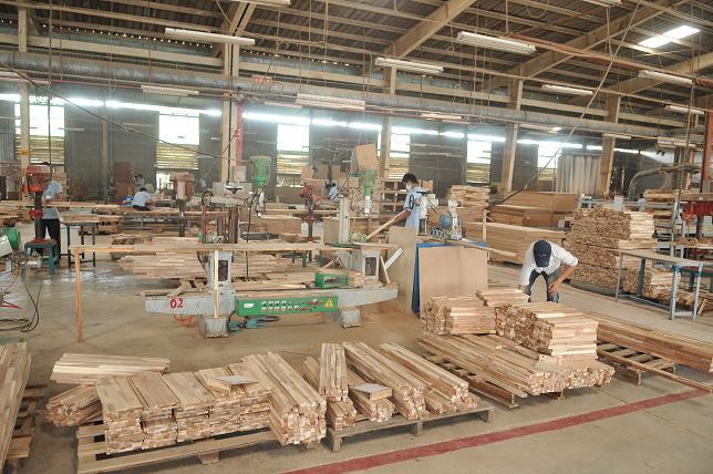 Vận chuyển gỗ bằng xe nâng
