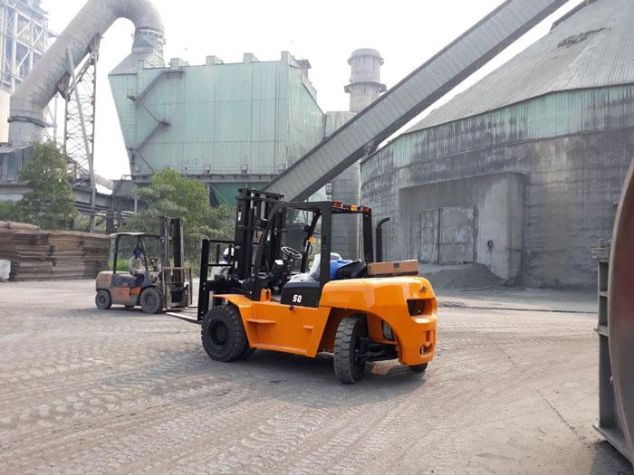 Xe nâng máy dầu 5 tấn HangCha tại nhà máy