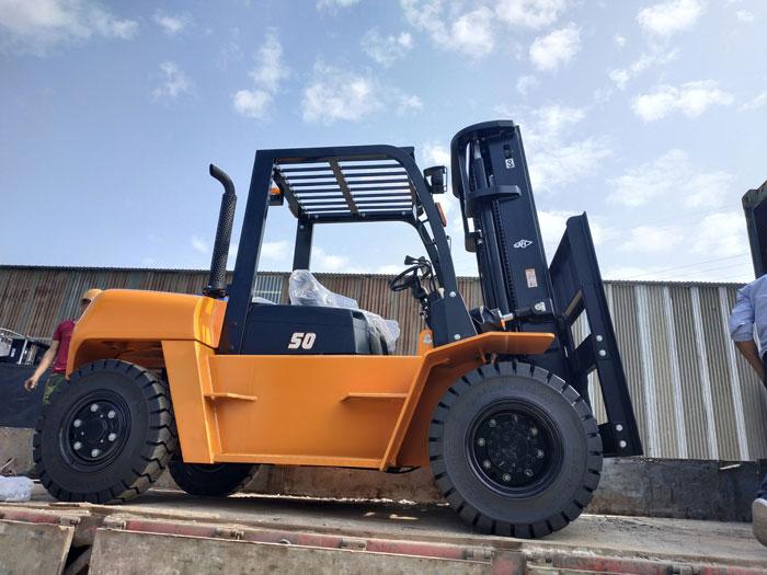 Xe nâng dầu 5 tấn động cơ Isuzu khi vận chuyển cho khách hàng