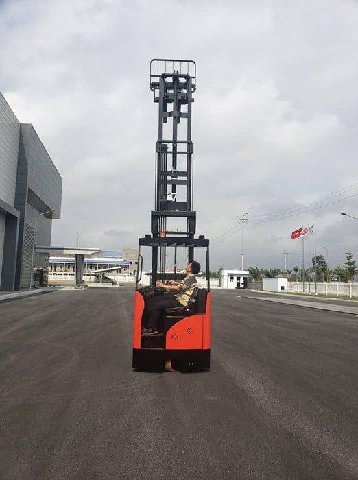 Khách hàng đang kiểm tra khả năng hoạt động của xe nâng điện reach truck