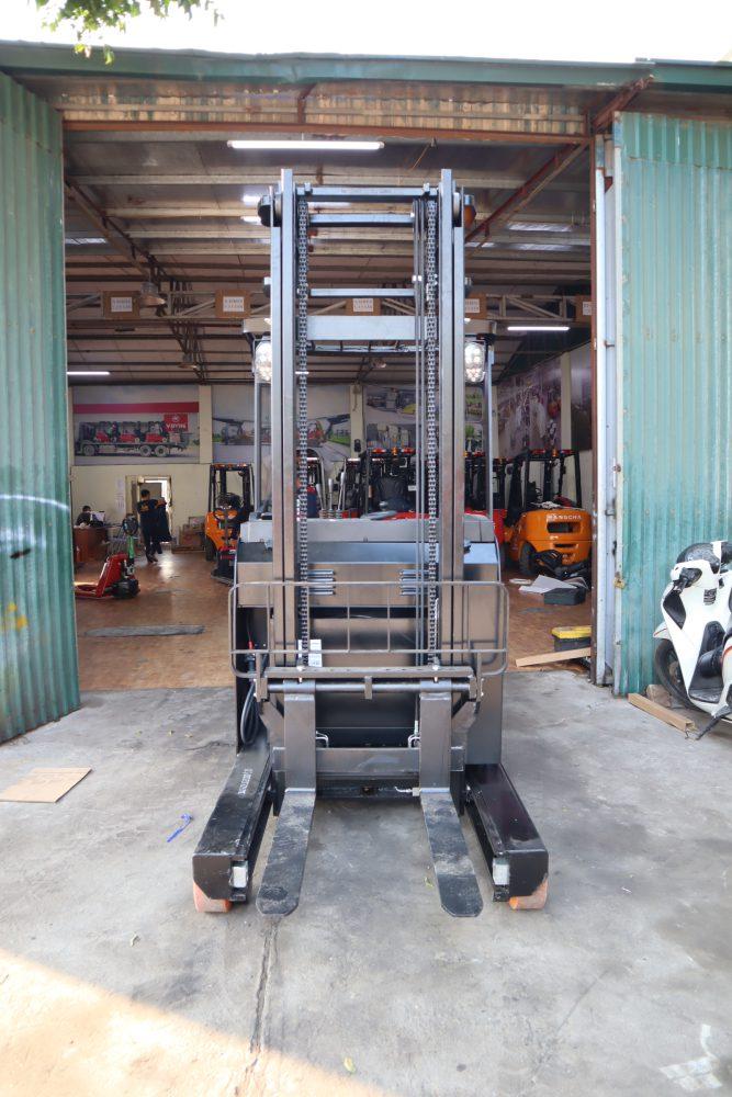 Xe nâng tay điện đứng lái cao HANGCHA CDD 16 trong một nhà máy linh kiện