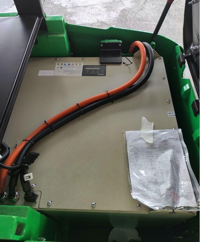 Pin Lithium được lắp đặt dưới ghế ngồi xe nâng điện 2 tấn