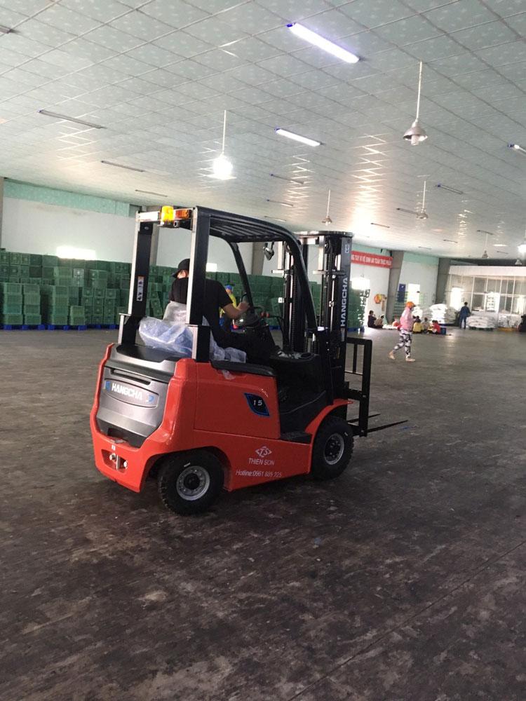 Xe nâng điện 1.5 tấn HangCha dòng AE tahi nhà máy sản xuất của khách hàng